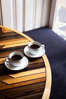 Чашки эспрессо на деревянном столе