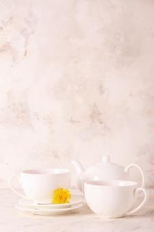 光の上の健康なたんぽぽ茶のカップ