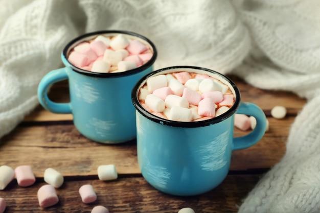 Чашки горячего какао с зефиром на столе