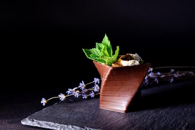 チョコレート、ホイップクリーム、ミントの葉を使って3dプリンターで印刷されたカップ