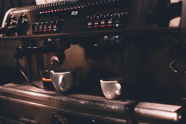 Tazze in macchina da caffè professionale