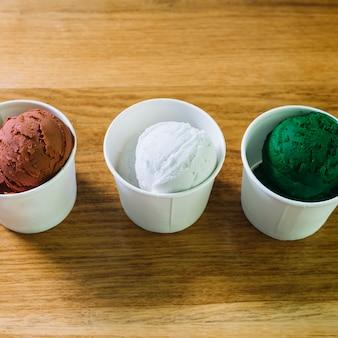 様々な味のアイスクリーム入りカップ