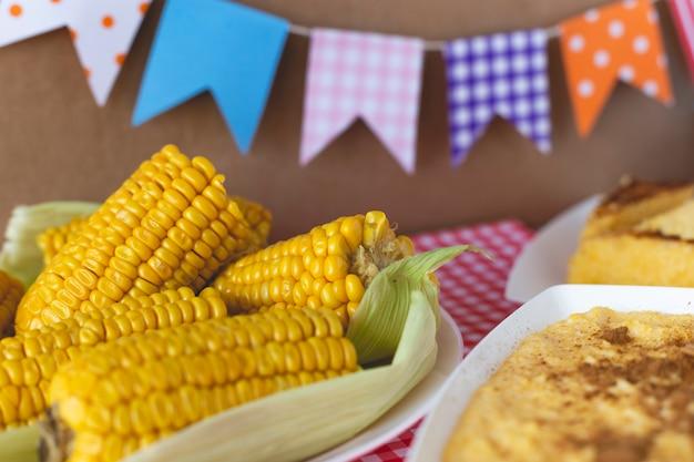 Curau, canjica, angú, сладкие кукурузные сливки и десерт, типичный для бразильской кухни.