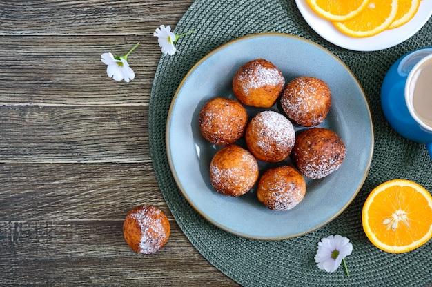 Творожные шарики фри на завтрак. свежеприготовленные пончики с сахарной пудрой. десерт из творога