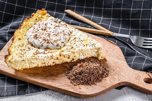 木製のまな板に有機カッテージチーズで作られた豆腐キャセロール