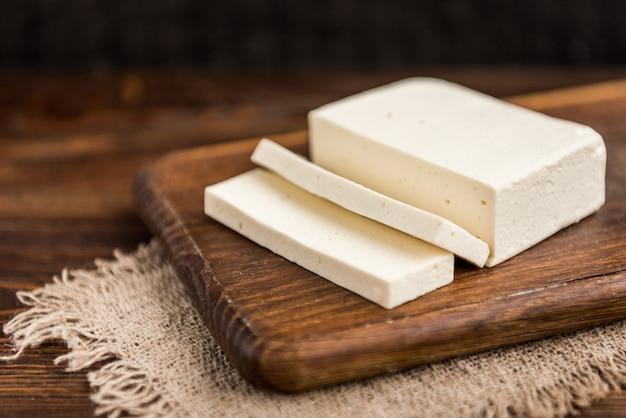 暗い木製の豆腐チーズ。