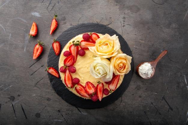 ベリーとバラで飾られた豆腐チーズケーキ