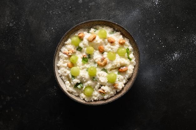 검은 배경 인도 요리에 캐슈 포도 고수 생강 두부 쌀