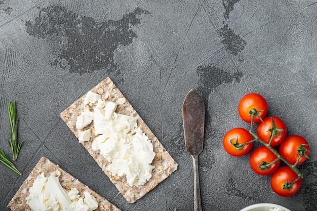 신선한 허브와 함께 두부 샌드위치. 회색 돌 테이블에 코티지 치즈 세트가있는 crispbread 토스트, 평면도 평면 누워