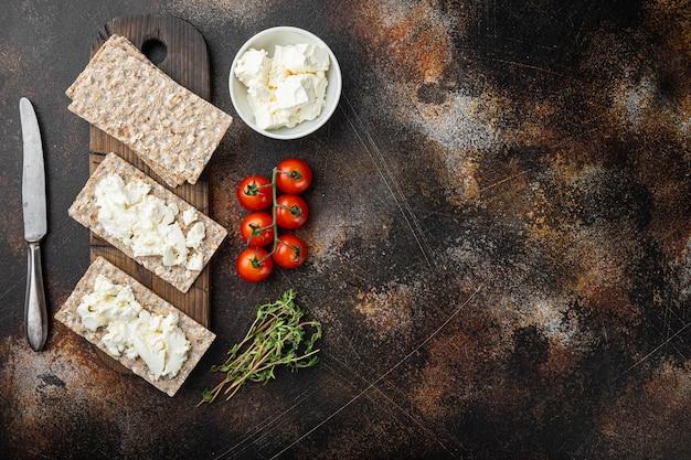 신선한 허브와 함께 두부 샌드위치. 오래 된 어두운 소박한 테이블에 코티지 치즈 세트 crispbread 토스트, 평면도 평면 누워