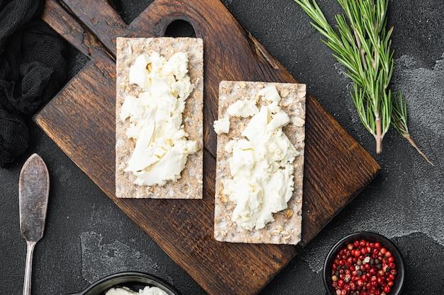 신선한 허브와 함께 두부 샌드위치. 코티지 치즈를 곁들인 크리스프 브레드 토스트