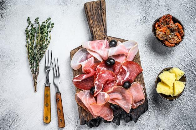 伝統的なスペインのタパスの塩漬け肉の盛り合わせ