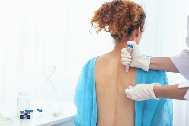 피부염 치료. 피부염에서 치료를받는 동안 의사 실험실에 서있는 젊은 여자 환자
