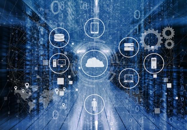 Ит-инженер curios стоит посреди рабочей серверной комнаты центра обработки данных.