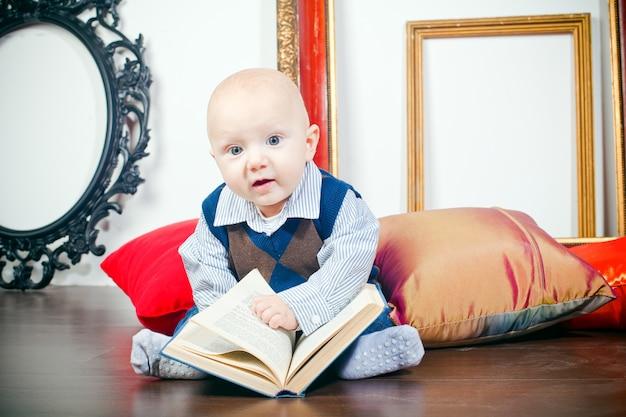 本を持つ好奇心旺盛な少年