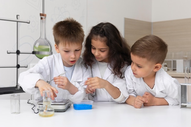학교에서 화학 실험을하는 호기심 많은 아이들