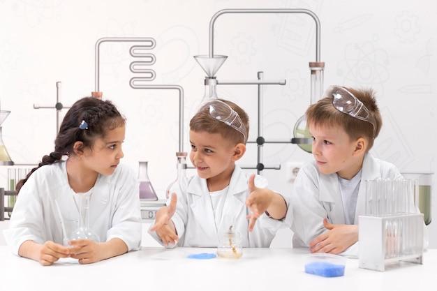 Любопытные дети делают химический эксперимент в школе