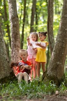 森の中の狩猟に参加している好奇心旺盛な子供たち
