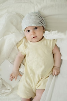 노란색 드레스에 빈 카드와 함께 호기심 4 개월 된 아기