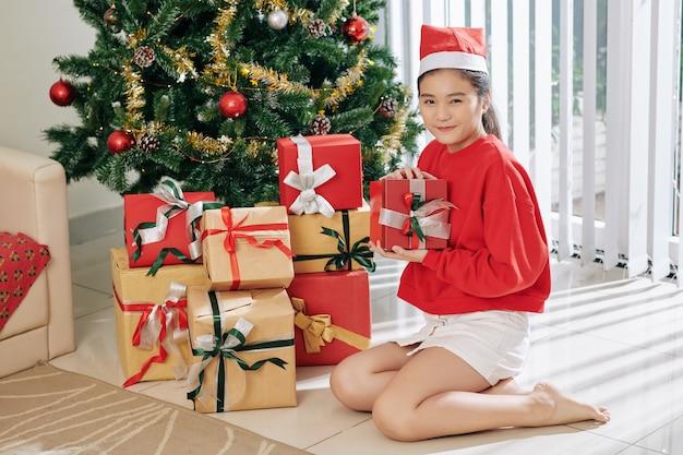 好奇心旺盛な少女がプレゼントを開く