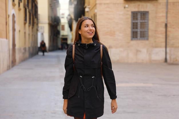 Любопытная девушка, путешествующая и посещающая европу в зимнее время