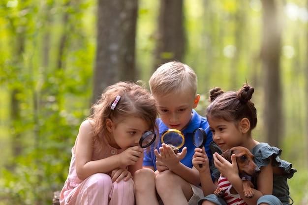 宝探しに参加している好奇心旺盛な子供たち