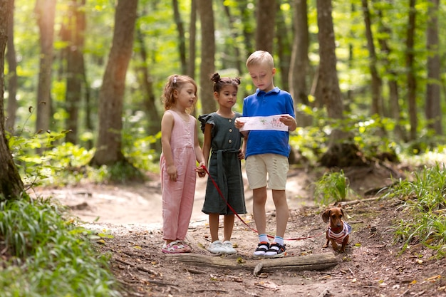 Bambini curiosi che partecipano a una caccia al tesoro
