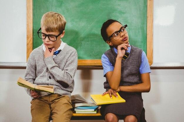 興味深い学生が授業で本を読む