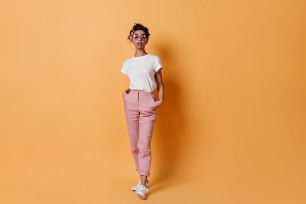 Donna curiosa in pantaloni rosa
