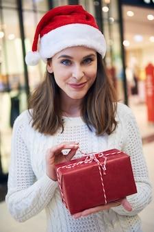 크리스마스 선물을 여는 호기심 많은 여성