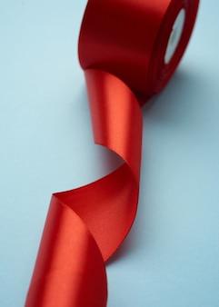 カールした赤い絹のリボンのクローズアップ