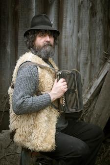 Кудрявый взрослый мужчина с бородой