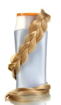 白で隔離されるシャンプーのクローズ アップでブロンドの巻き毛