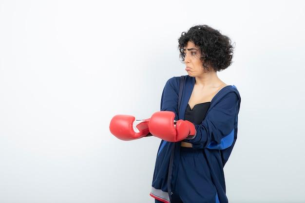 빨간 장갑 훈련에 곱슬 머리 여자 선수.