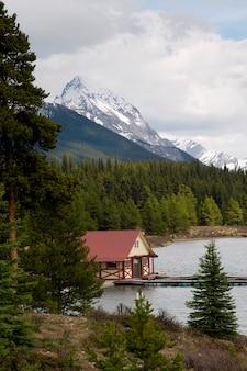 Curly phillips boathouse in maligne lake, jasper national park, alberta, canada
