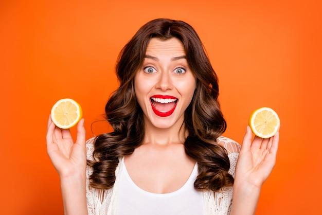 곱슬 물결 모양의 쾌활한 긍정적 인 매력적이고 예쁜 달콤한 젊은이가 할인 된 레몬을 구입 한 것에 대해 흥분했습니다.