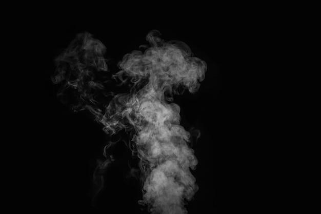 Кудрявый белый пар, туман или дым изолированы прозрачным спецэффектом на черном фоне. абстрактный фон туман или смог, элемент дизайна для вашего изображения, макет для коллажей.