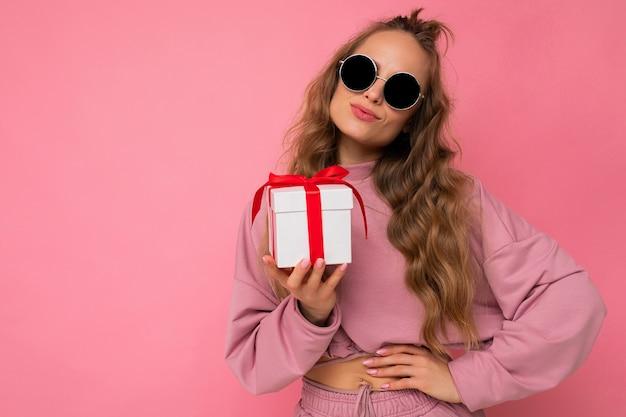 분홍색 스포츠를 입고 분홍색 배경 벽 위에 절연 곱슬 여자