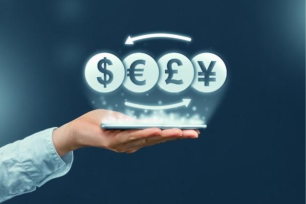 Концепция обмена валюты и через мобильное приложение на смартфоне
