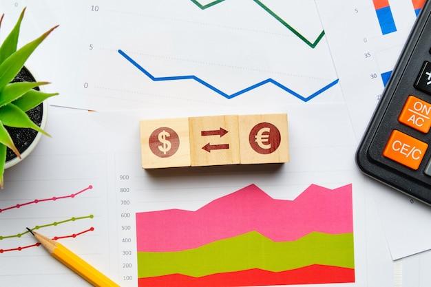 Концепция обмена валюты с бумажными диаграммами и отчетами.