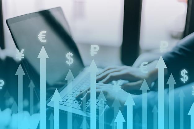 Концепция роста валюты с восходящими стрелками на фоне диаграмм и монет.