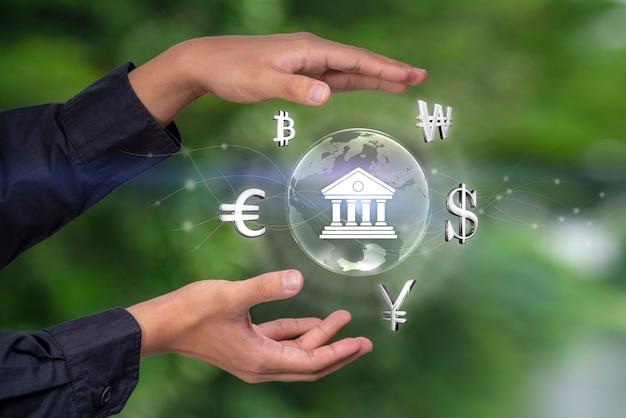 Валюта в сложенных руками бизнесмена на фоне мирового валютного рынка