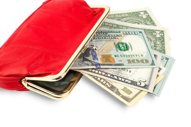 흰색 배경에 격리된 빨간색 가죽 지갑에 있는 화폐 지폐