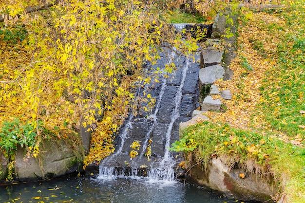 Текущий ручей в каменной постели. осенний пейзаж
