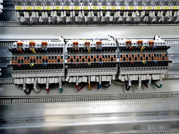 保護パネルの制御コンパートメントにある変流器の二次端子台