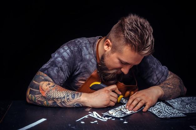 彼のスタジオでの彼の仕事に焦点を当てた革の製革工。