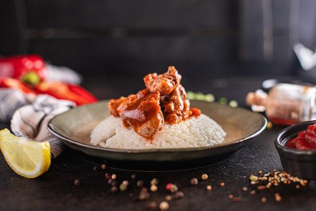 카레 닭고기 쌀 향신료 토마토 소스 요리 식사 간식 테이블 복사 공간 음식