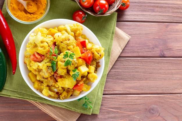 Карри из картофеля и цветной капусты - вегетарианское овощное блюдо, выборочный фокус