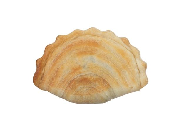 흰색 배경에 분리된 카레 퍼프, 튀긴 카레 만두(고기 또는 야채 스너핑 포함)