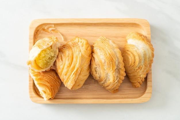 Фаршированные бобами слоеное тесто карри на деревянной тарелке